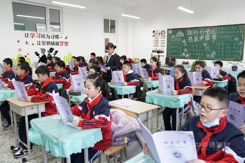 中國教育部2日宣布,為保證中小學生享有充足睡眠時間,近日已下發通知明定,小學生每天睡眠時間應達到10小時。圖為3月11日,哈爾濱一所小學的學生進行課前晨讀。(中新社提供)中央社 110年4月2日