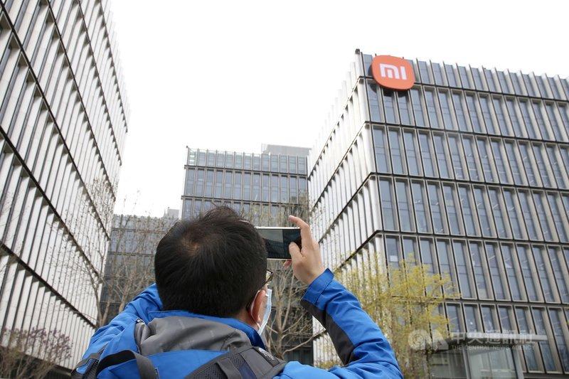 據Counterpoint Research最新發布,今年2月全球智慧手機市占率,小米以13%位居第3,僅次於三星與蘋果。同時穩坐中國手機一哥寶座。圖為3月31日北京,小米總部已換上新的logo。(中新社提供)中央社 110年4月2日