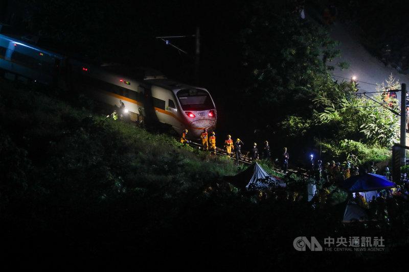 台鐵408次太魯閣號2日上午在花蓮大清水隧意外出軌,死傷慘重。圖為入夜後,事故隧道現場仍可見搜救人員來回進出。中央社記者吳家昇攝 110年4月2日