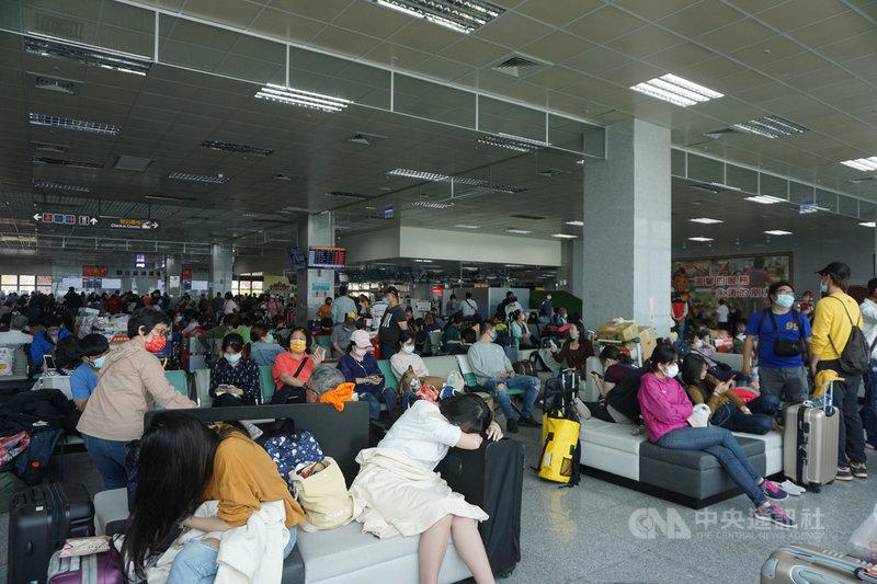 清明連假登場,金門航空站表示,2日受濃霧影響,機場跑道能見度不足,只在中午近1時到1時30分,以及傍晚6時30分起降了5個班次,其他班機全部取消,其中包括4架次折返。圖為尚義機場內擠滿等待候補的旅客。中央社記者黃慧敏攝  110年4月2日