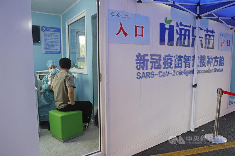 中國積極推展COVID-19疫苗外交,但國內加快接種疫苗後,近日卻傳出疫苗供應吃緊。圖為上海市近日啟用的第一個疫苗智慧接種方艙,但上海多區2日宣布暫停接種。(中新社提供)中央社 110年4月2日