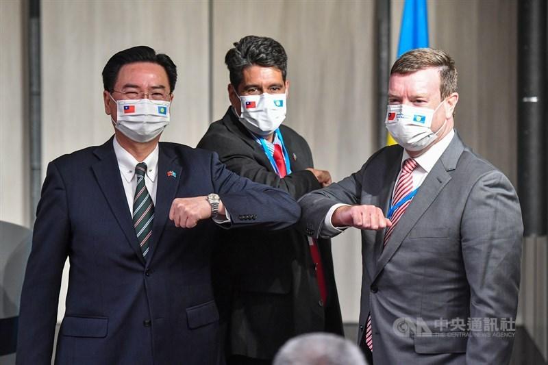 美國國務院發言人普萊斯1日表示,美方致力深化對台關係,未來會考慮推進雙邊關係的高階官員互訪機會。圖為帛琉總統惠恕仁(中)29日晚間與外交部長吳釗燮(左)共同舉行國際記者會,美國駐帛琉大使倪約翰(右)也出席。中央社記者鄭清元攝 110年3月29日