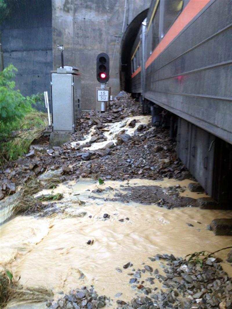 台鐵302次自強號在屏東撞上土石流,列車車廂分離並出軌。(台鐵)中央社記者卞金峰傳真 102年8月31日