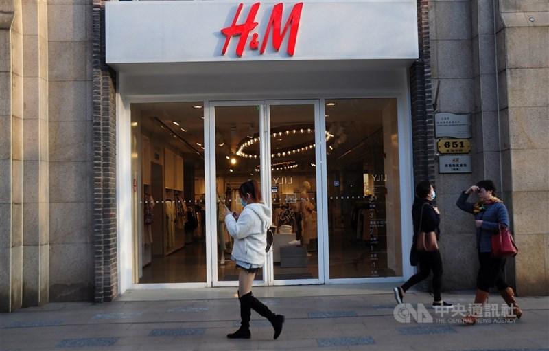 中國上海市網路監管部門2日通報,服飾品牌H&M遭舉報官網存在「問題中國地圖」,負責營運的上海公司已被約談。圖為上海黃浦區一家H&M門市。(中央社檔案照片)