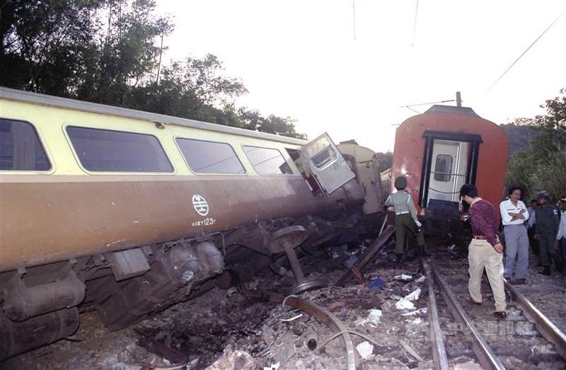 1991年11月15日苗栗造橋附近,自強號與莒光號擦撞,造成一百多人傷亡的鐵路車禍。中央社攝  1991年11月15日