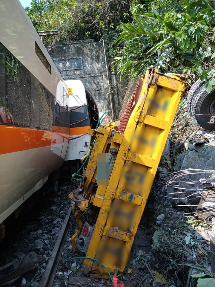 台鐵2日上午從樹林發車至台東的408太魯閣號行經花蓮大清水隧道內發生出軌事故。(圖取自阿美族的歌臉書facebook.com/groups/368325100931612)
