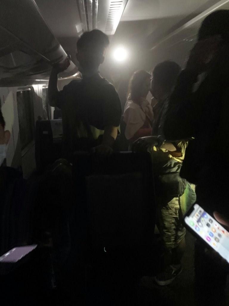 清明連假首日,2日上午9時多從樹林發車至台東的408次太魯閣號行經花蓮秀林鄉和仁路段,即大清水隧道內發生事故,列車內幾乎沒有燈光,有乘客利用手機來照明。(民眾提供)中央社記者盧太城台東傳真 110年4月2日
