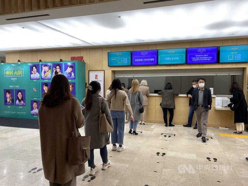 韓國音樂劇製作公司SHINSWAVE推出結合線上直播情境喜劇、劇場型現場演出及廣播元素的新概念作品「ON AIR-秘密契約」,讓韓國國內觀眾可進場或透過IDOL LIVE線上觀看,海外觀眾也能在網路直播平台V LIVE購買觀賞。中央社記者廖禹揚首爾攝 110年4月3日