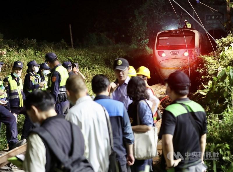 台鐵408次太魯閣號2日發生出軌意外死傷慘重;警察及運安會人員晚間持續進行相關蒐證調查,花蓮地檢署至3日凌晨已確認30名罹難者身分。中央社記者張皓安攝 110年4月2日