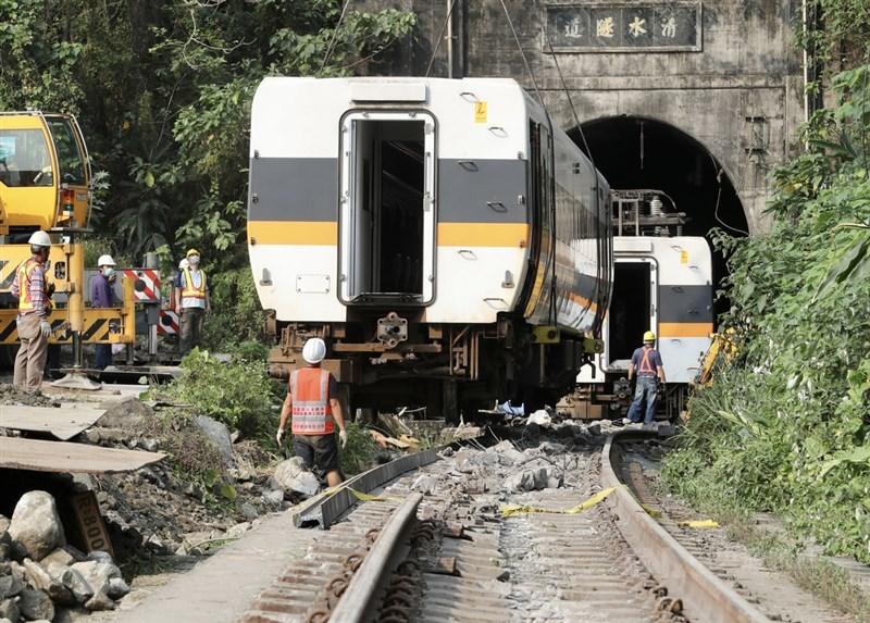 台鐵408車次太魯閣號事故造成嚴重死傷,台鐵局3日進行搶通,現場大型機具進駐,將第1節車廂拉出後,接著吊掛第2節車廂。中央社記者張皓安攝 110年4月3日
