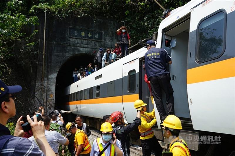 台鐵太魯閣號408車次(樹林往台東)2日上午在花蓮縣大清水隧道發生出軌事故,造成50人不幸罹難。圖為列車上沒有受傷的乘客沿著車廂頂陸續走出。中央社記者張祈攝 110年4月2日