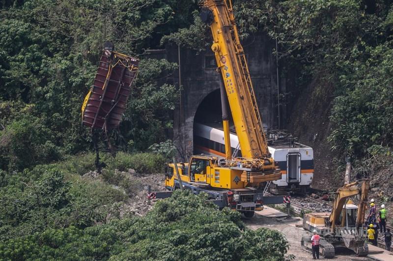 台鐵408車次太魯閣號2日在花蓮清水隧道發生出軌事故釀重大傷亡,3日清晨進行列車吊掛作業。中央社記者吳家昇攝 110年4月3日