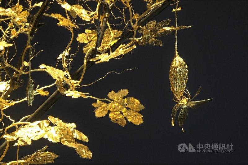 台灣雕刻大師吳卿金雕作品「瓜瓞綿綿」使用10公斤純金,雕塑出苦瓜從開花結果到凋零的過程,苦瓜上的昆蟲栩栩如生。中央社記者林宏翰洛杉磯攝  110年4月3日