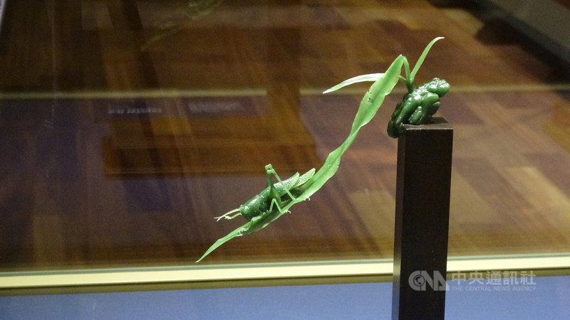 台灣雕刻大師黃福壽使用堅硬的玉為材料,雕刻出自然界的小草柔韌、彈性的一面。中央社記者林宏翰洛杉磯攝  110年4月3日