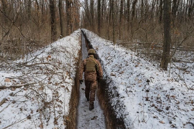 圖為2月13日烏克蘭軍人在烏克蘭東部頓涅茨克州巡視。(路透社)