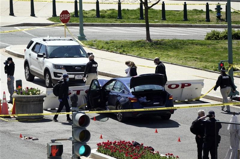 一輛汽車2日中午左右闖入美國國會山莊管制區,衝撞路障,1名執勤員警與嫌犯傷重死亡,另有1名員警受傷。(美聯社)