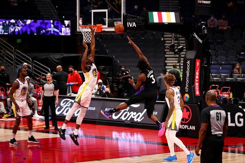 美國職籃NBA多倫多暴龍2日作客金州以130比77痛宰勇士,柯瑞因傷勢未癒開賽前臨時決定不打,讓勇士隊人手短缺。(圖取自twitter.com/Raptors)
