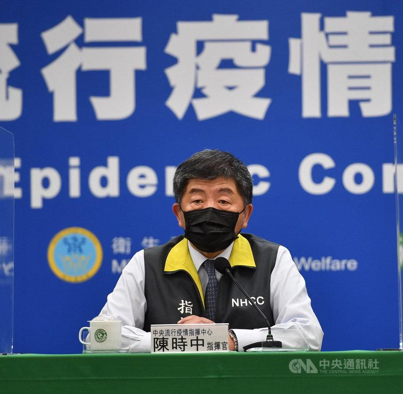 中央流行疫情指揮中心3日晚間緊急召開記者會,指揮官陳時中親自出席宣布,台灣透過COVAX獲配102萬劑AZ 疫苗,首批19.92萬劑4日上午將運抵桃園國際機場。中央社記者王飛華攝 110年4月3日