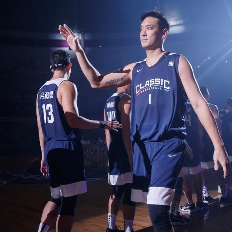 田壘(右前)18歲第一次披上國家隊戰袍,20年過去,這次他從籃球場上的舞台轉身謝幕,邁向人生的「下半場」。圖為田壘於2020 BE HEROES 經典挑戰籃球賽。(圖取自facebook.com/GarrettTienLei)