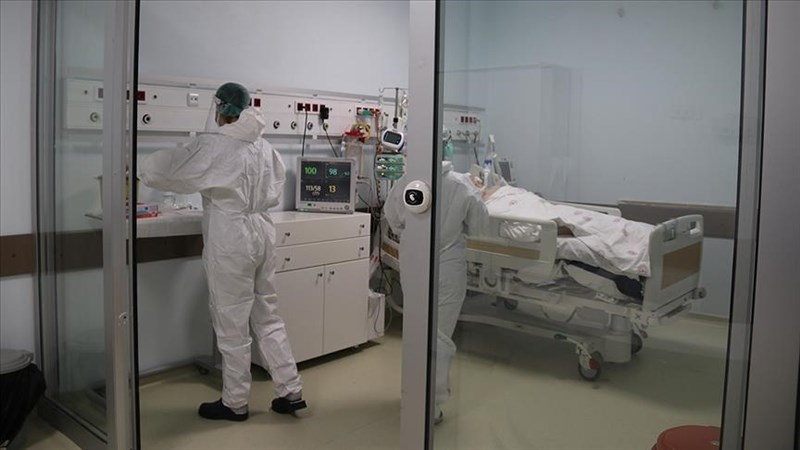 根據土耳其衛生部2日公布數據,土耳其過去24小時新增4萬2308起病例,創下疫情爆發以來最高單日紀錄。圖為伊斯坦堡一間醫院內隔離病房。(安納杜魯新聞社)