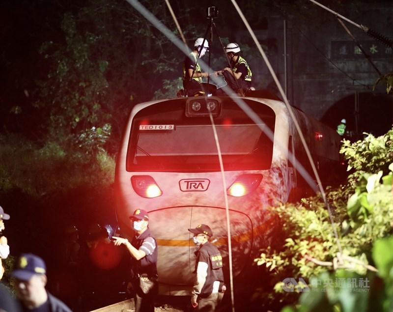 台鐵408次太魯閣號2日上午行經花蓮大清水隧道時發生出軌意外,造成嚴重死傷。搜救行動至晚間仍在持續,警察及運安會人員也在場進行相關蒐證調查。中央社記者張皓安攝 110年4月2日