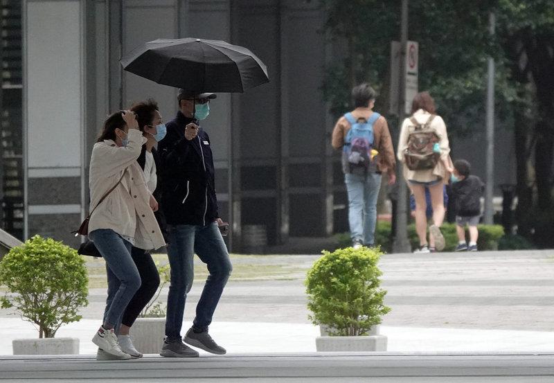 中央氣象局表示,4日晚間起北台灣愈晚愈冷,5日清晨低溫普偏約攝氏14度,大台北近山區平地可能11度低溫。中央社記者鄭傑文攝 110年4月4日