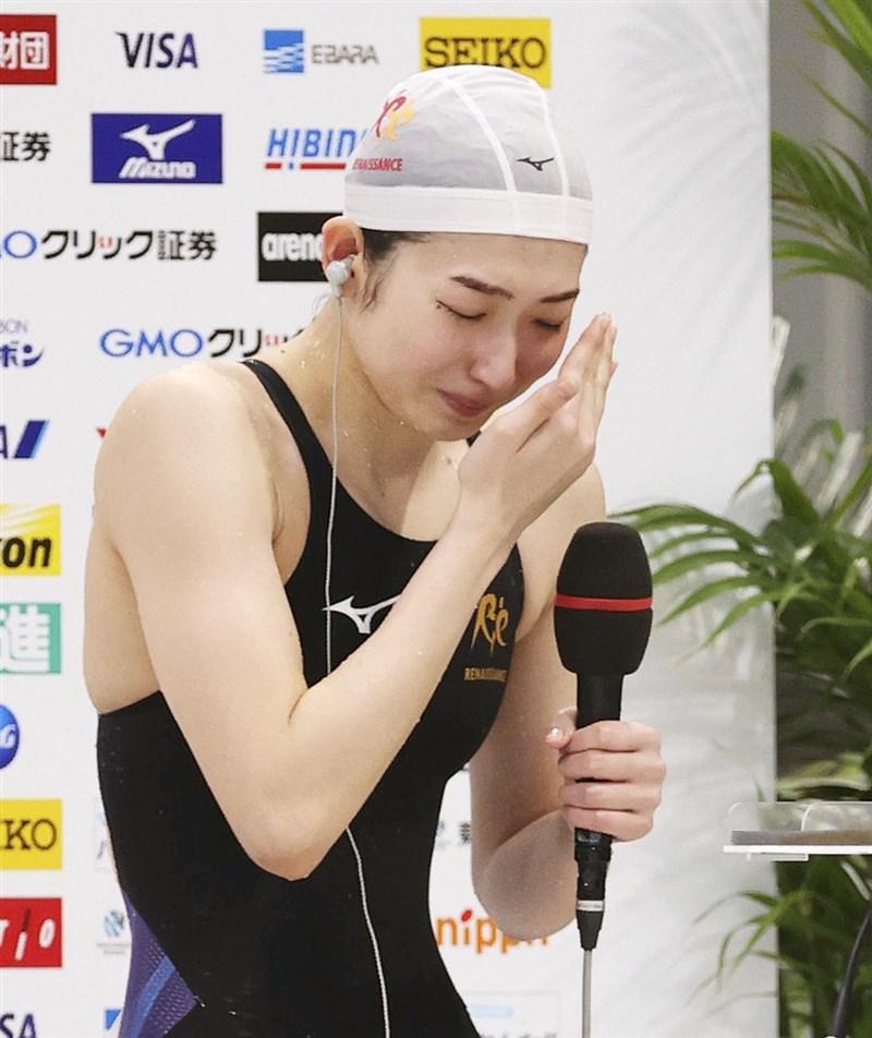 日本抗癌女泳將池江璃花子4日在100公尺蝶式項目以57秒77奪冠,拿下東奧參賽門票。她賽後受訪時喜極而泣。(共同社)