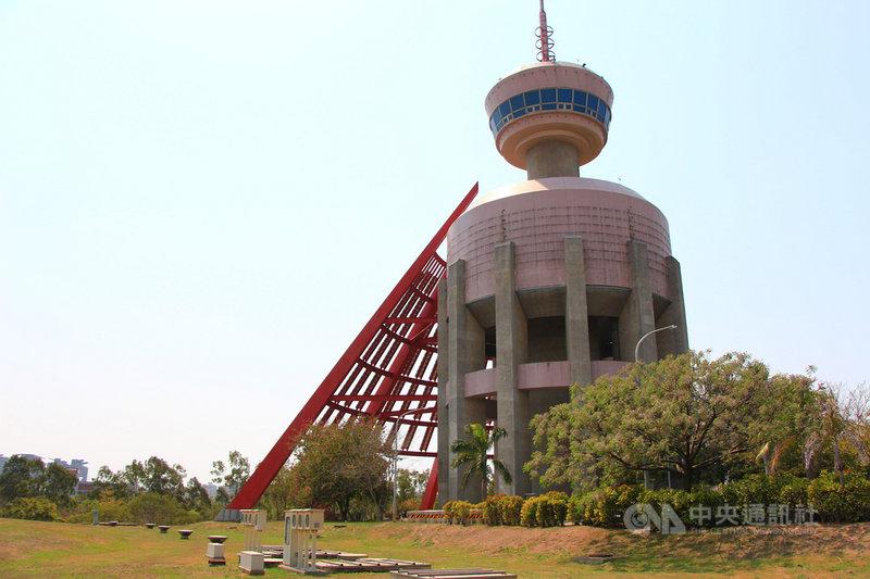 中部科學園區的台中園區內的南區水塔,命名為「眾志成城」,方圓盤搭配扇形的外型酷似飛碟,設置在園區入口,成為園區的特色地標。中央社記者蘇木春攝 110年4月4日