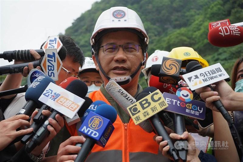 交通部長林佳龍4日表示,有關太魯閣號的交通事故責任不會迴避,現在是要負責任的把整個事故傷害降到最低。中央社記者李先鳳攝 110年4月4日