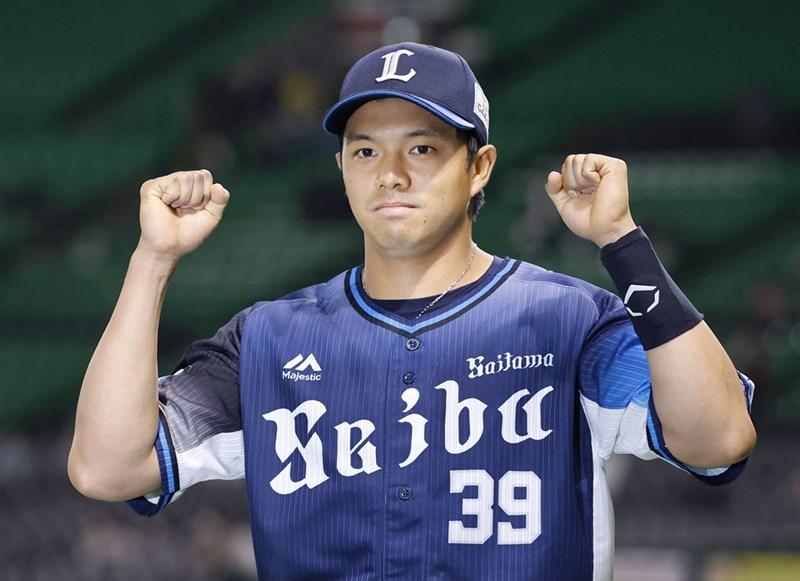 日本職棒西武獅台灣好手吳念庭3日演出3安猛打賞、包辦5分打點,於賽後接受英雄訪問。(共同社)