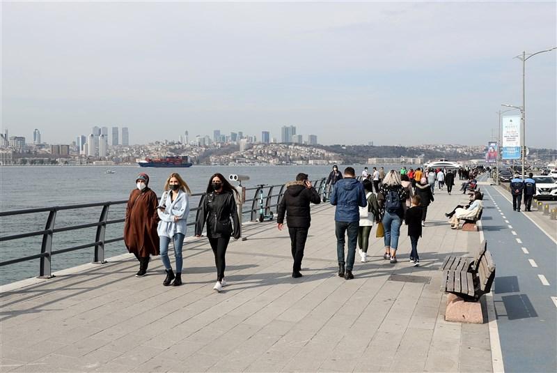 土耳其8日通報5萬5941起COVID-19病例,續創單日新高。圖為土耳其伊斯坦堡街頭民眾戴口罩防疫。(安納杜魯新聞社)