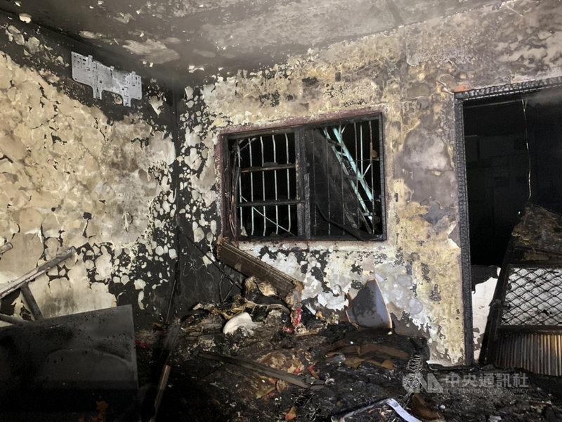 屏東縣潮州鎮5日清晨發生一起住宅火警,2樓房間燃燒,一名獨居55歲男子被救出時全身焦黑,到醫院時明顯死亡。(屏東縣消防局提供)中央社記者郭芷瑄傳真  110年4月5日