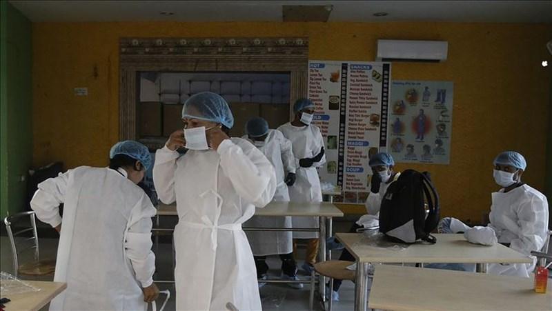 印度武漢肺炎感染人數暴增,5日單日新增確診超過10萬人,是繼美國之後,第2個單日新增確診破10萬的國家。圖為印度新德里醫護人員穿戴口罩及防護衣。(安納杜魯新聞社)