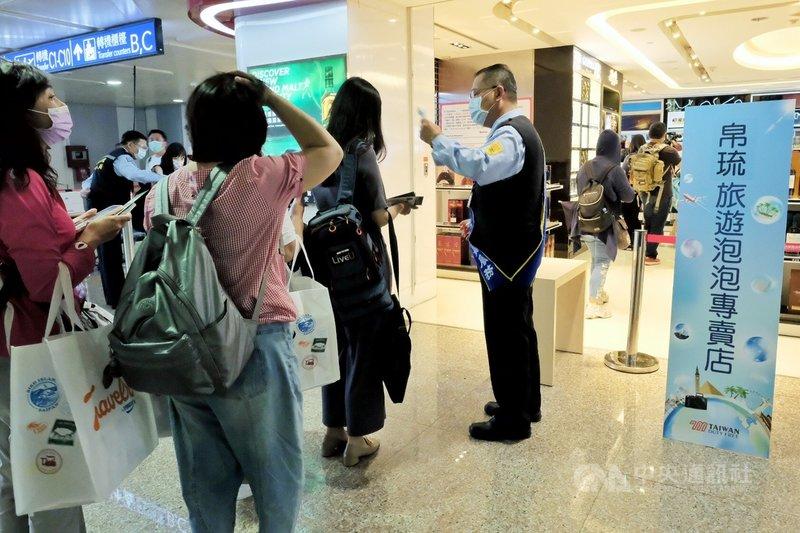 帛琉旅遊泡泡團員14日起免5天加強版自主健康管理,但入境後5天暫仍維持PCR採檢要求。圖為帛琉旅遊泡泡首發團4日入境情形。(中央社檔案照片)