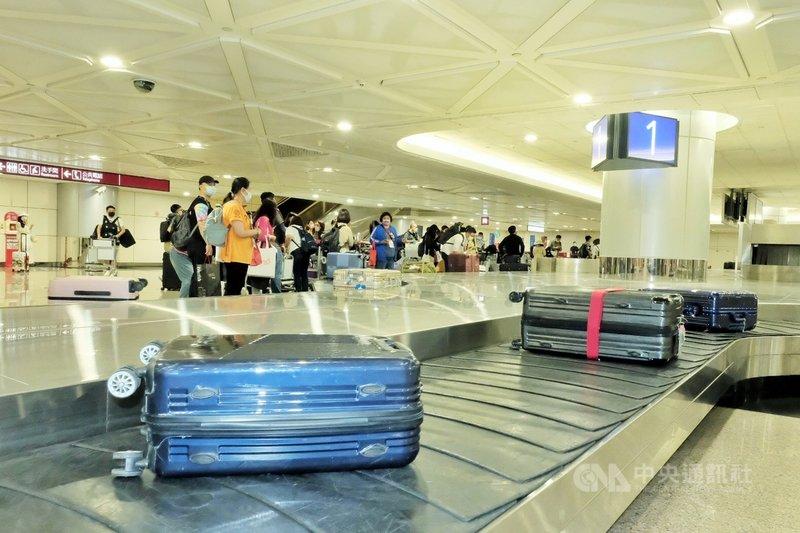 桃園國際機場國境單位表示,行李轉盤事前會進行清潔消毒,旅客在領取行李後通過海關專檯出關。中央社記者吳睿騏桃園機場攝 110年4月4日