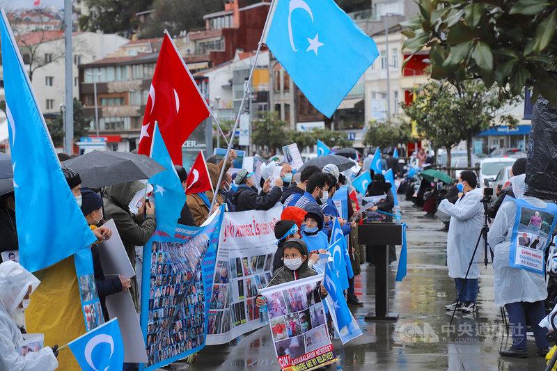 「集中營受難者家屬平台」5日在中國駐伊斯坦堡總領事館外示威,適逢維吾爾人「巴仁鄉起義」31週年紀念日,近千民眾在風雨中控訴和聲討中共暴行。中央社記者何宏儒伊斯坦堡攝 110年4月5日