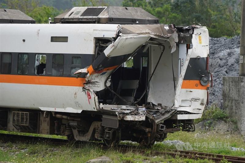 台鐵408次太魯閣號列車2日撞上滑落至軌道的工程車造成重大傷亡,事故現場5日持續搶通,嚴重毀損變形的第4節車廂已順利拖拉至和仁車站。中央社記者徐肇昌攝 110年4月5日