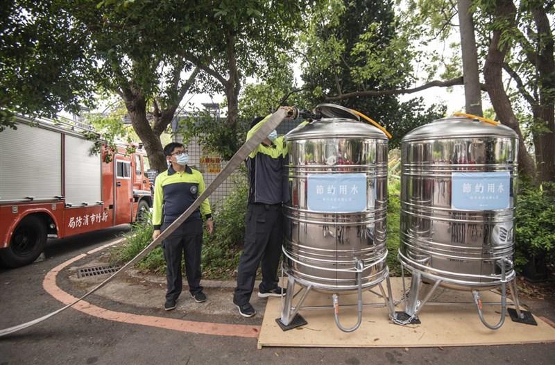 新竹市政府為協助停水家戶,在中隘里與南港里共設6個水塔,由消防隊協助供水,若民眾自家儲備水源不足,可到供水點取用。(新竹市政府提供)中央社記者魯鋼駿傳真 110年4月5日