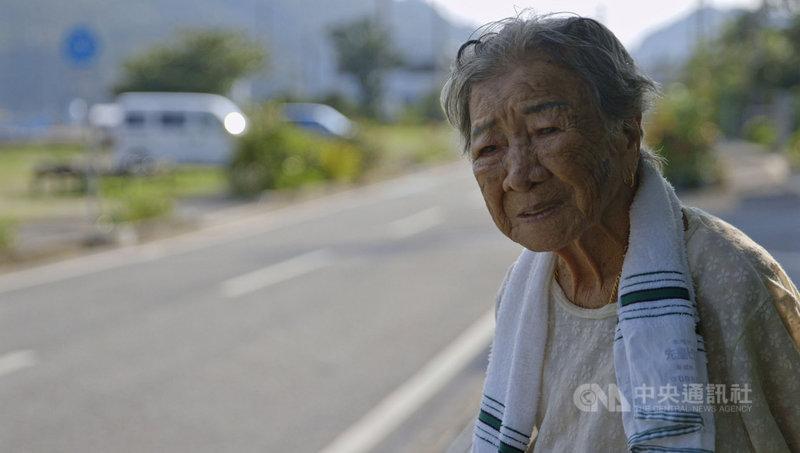 紀錄片「綠色牢籠」透過高齡近90歲台灣阿嬤橋間良子(圖)口述,回顧戰前沖繩「西表礦坑」幾近被遺忘的台灣移民史,該片日前在沖繩上映,橋間阿嬤面對命運的強韌生命力,打動各年齡層的女性觀眾。(希望行銷提供)中央社記者葉冠吟傳真 110年4月5日