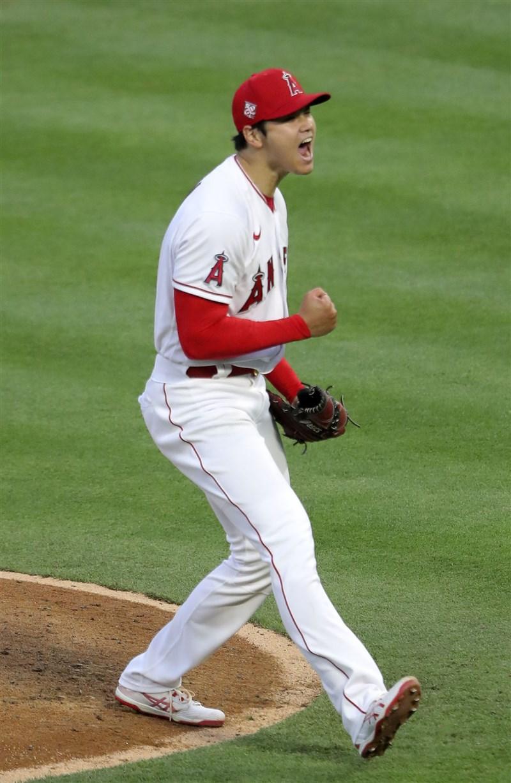 MLB洛杉磯天使隊4日迎戰芝加哥白襪,日籍球星大谷翔平首度同場包辦先發投打,雖無緣勝投,但仍締造多項紀錄。(共同社)