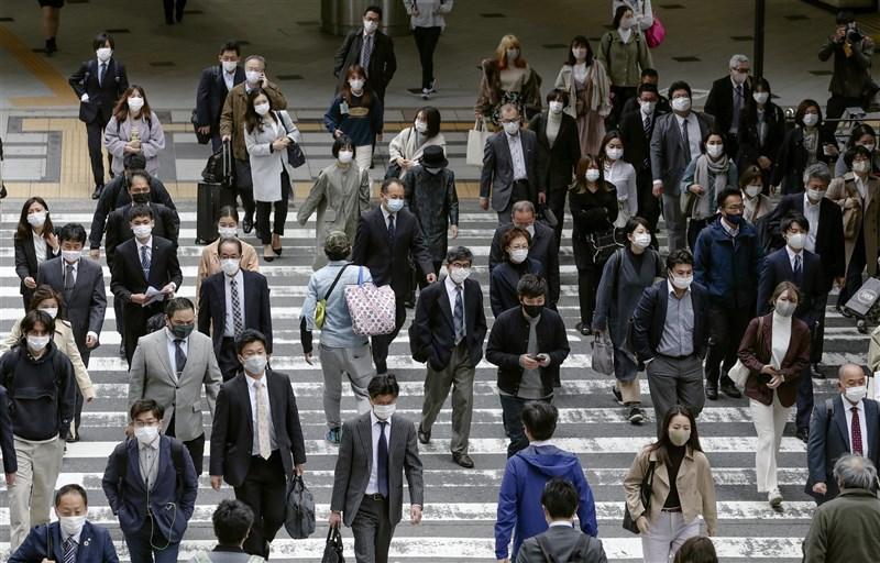 日本大阪府5日新增341例確診,連續7天超越東京都。圖為5日JR大阪站前人潮。(共同社)