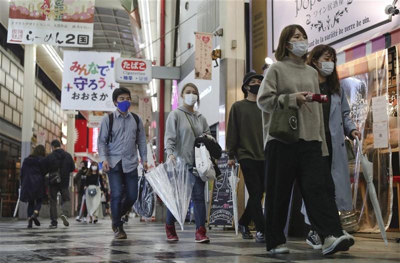 日本為防止武漢肺炎疫情擴大,5日起大阪府、兵庫縣、宮城縣一共6座城市開始適用「防止蔓延等重點措施」,實施期至5月5日為止。圖為4日大阪街頭。(共同社)