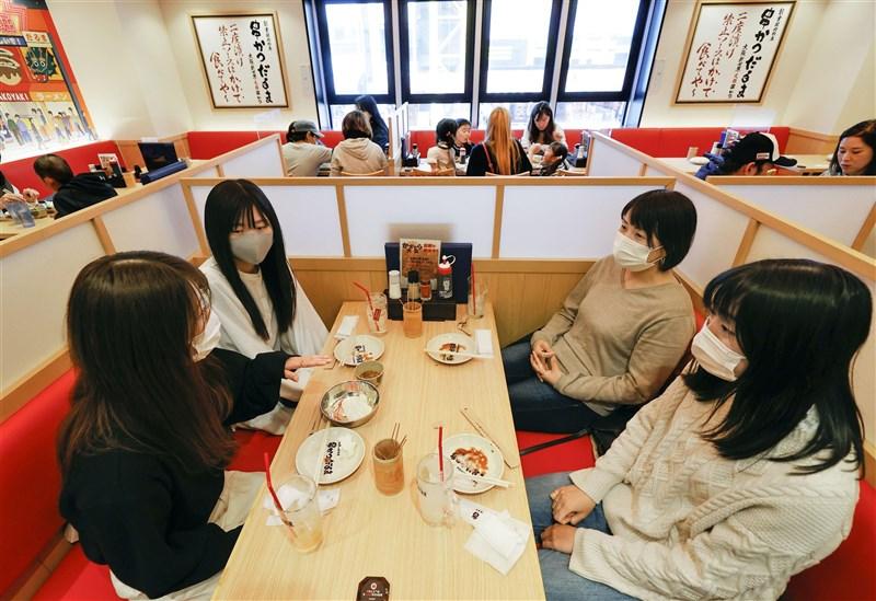 日本大阪府與大阪市政府為抑制疫情擴大,5日起強制要求餐飲店顧客「口罩聚餐」,顧客除了張口吃東西,其餘時間都應戴好口罩。(共同社)