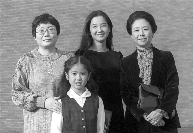 日本劇作家橋田壽賀子(左)4日因急性淋巴瘤辭世,享耆壽95歲。橋田壽賀子著有「阿信」等電視劇,並獲日本文化勳章。圖為1982年10月橋田壽賀子與「阿信」演員乙羽信子(右)、田中裕子(後中)、小林綾子(前)合影。(共同社)