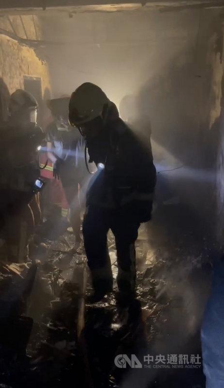新北市中和區某民宅5日清晨突竄惡火,屋內1家3口受困,消防局獲報立即派員到場救援。(翻攝畫面)中央社記者沈佩瑤傳真 110年4月5日