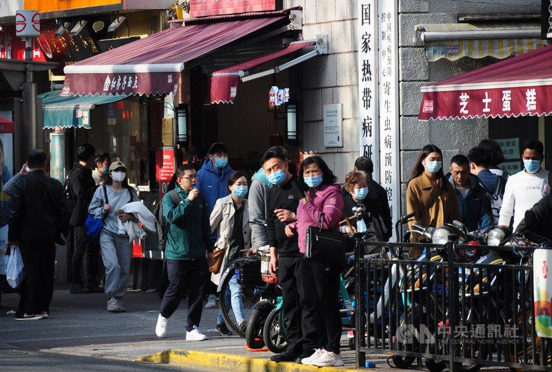 上海6日再收緊防疫措施,要求途經或來自中國高風險地區的人員抵上海後需隔離14天。圖為3月25日黃浦區街頭,多數行人仍戴著口罩。中央社記者沈朋達上海攝 110年4月6日