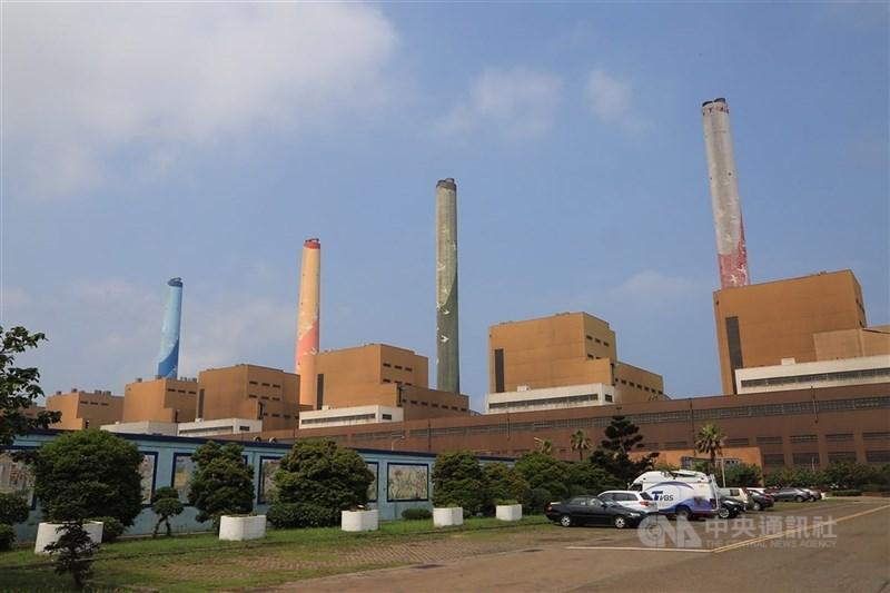 台中市政府不滿台電中火3號燃煤機組預熱發電,並表達開罰立場。環保署表示,目前台電依法可繼續操作。(中央社檔案照片)