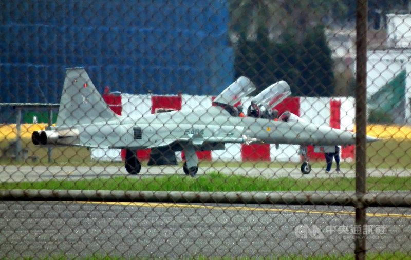 空軍台東志航基地2架F-5E戰機日前發生擦撞墜海,導致飛官1殉職1失蹤。空軍下令各機種停飛進行天安特檢,6日上午志航基地多架F-5F雙座機分批次滑行跑道後,進行復飛測試。(民眾提供)中央社記者盧太城台東傳真 110年4月6日
