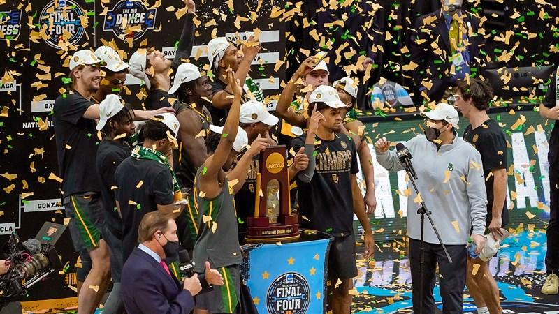 貝勒大學5日在NCAA男籃冠軍賽,靠巴特勒22分、7助攻帶領一路領先,終場86比70大勝岡薩加大學,迎來隊史首冠。(圖取自twitter.com/BaylorMBB)