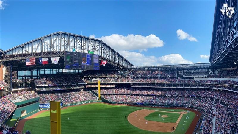 美國職棒大聯盟MLB德州遊騎兵5日在主場迎戰多倫多藍鳥,完全開放觀眾進場。(圖取自twitter.com/Rangers)